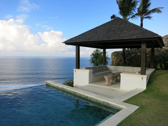 The Ungasan Clifftop Resort: Infinity pool & outdoor sitting area