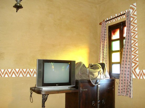 Hansa Heritage Hotel: Room with TV and AC