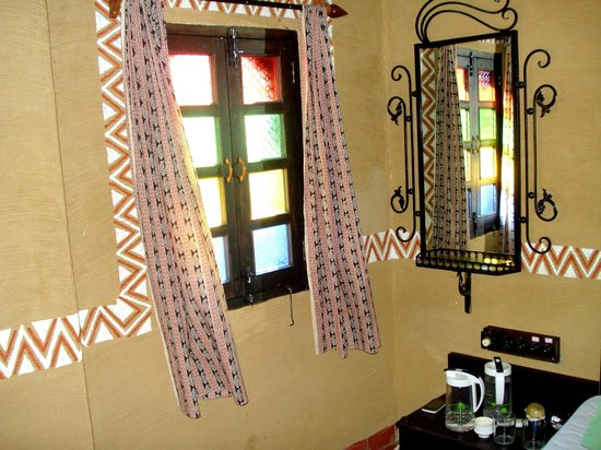 Hansa Heritage Hotel: Lovely looking window and mirror.