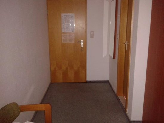 Amaryl City-Hotel am Kurfürstendamm: Eingang der Teppich ist schmutzig