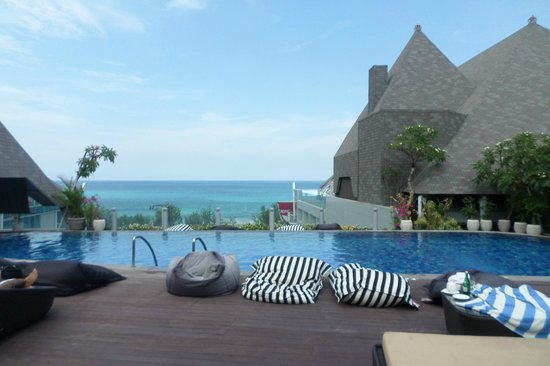 The Kuta Beach Heritage Hotel Bali - Managed by Accor : The pool and beach in one view