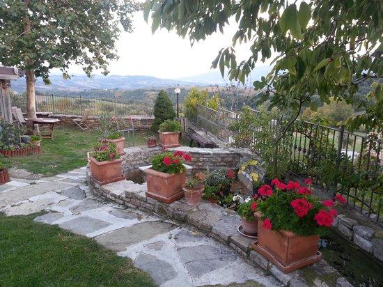 Agriturismo La Sorgente: Patio to breathtaking view