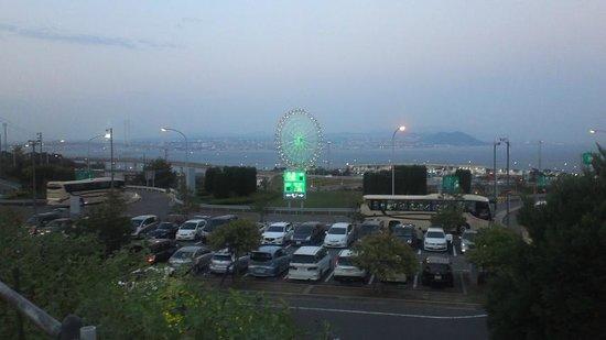 Awaji Highway Oasis: 少し高台なので淡路SAの観覧車と明石海峡が美しい