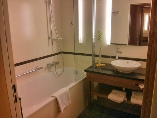 Crowne Plaza Montpellier Corum: The bathroom