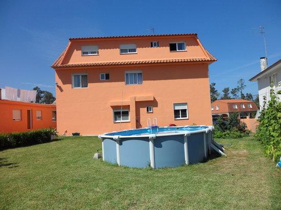 Hostal Alce : visas esteriores co piscina