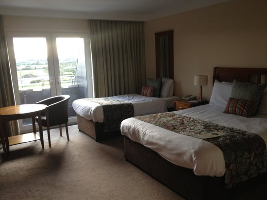 Garryvoe Hotel: My double room which came with single bed as well as double incl balconey!