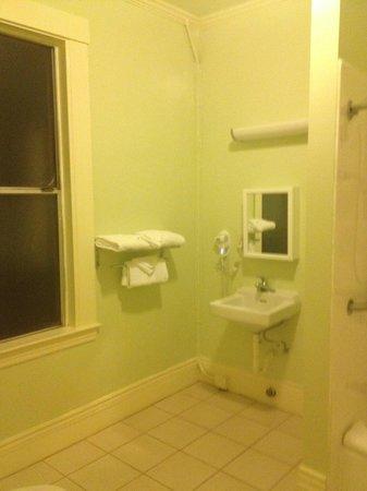 Super 8 San Francisco/Union Square Area: Large Bathroom