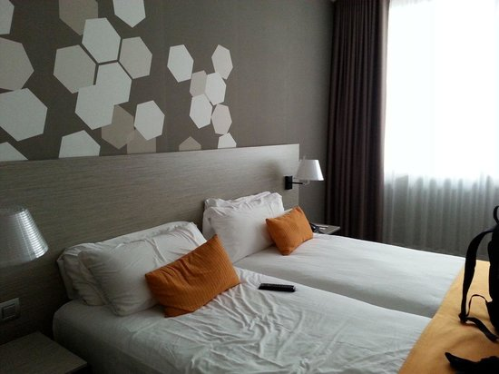 Citadines Ramblas Barcelona : The comfortable and firm twin beds. Nice and spacious room