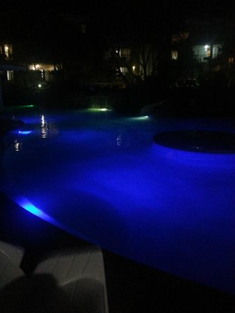 Breakfree Alexandra Beach Premier Resort: Pool at night