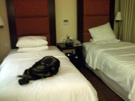 Four Points by Sheraton Ahmedabad: Room and Bed...