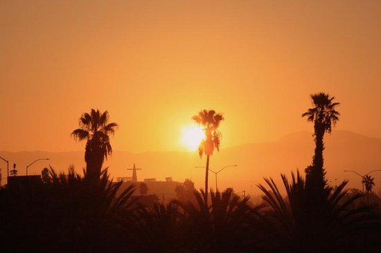 The Comfort Inn & Suites Anaheim, Disneyland Resort: Sunrise from our window :)