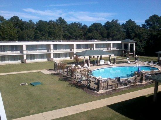 Clarion Inn & Suites Phenix City Columbus: Courtyard Area