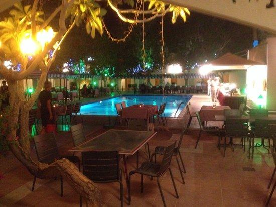 Falaj Daris Hotel: Goed buffet in de gezellige binnentuin!