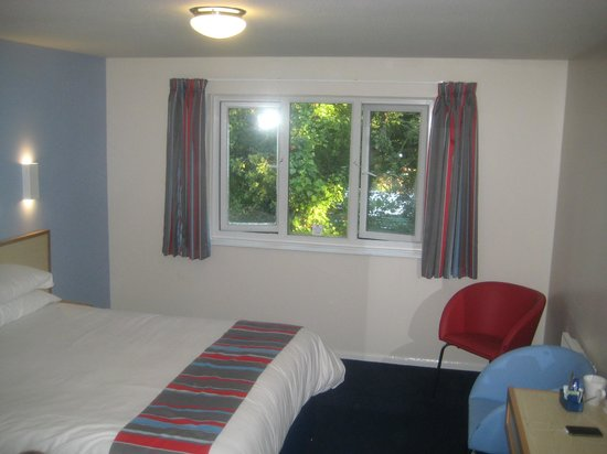Travelodge Wirral Eastham: light and airy room