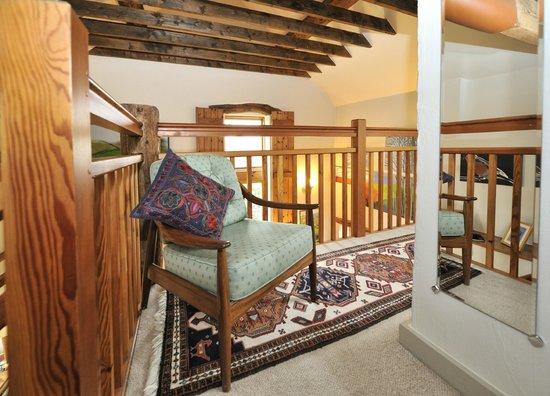 Tom's Barn and Douglas's Barn: Relaxing conner in Tom's barn bedroom