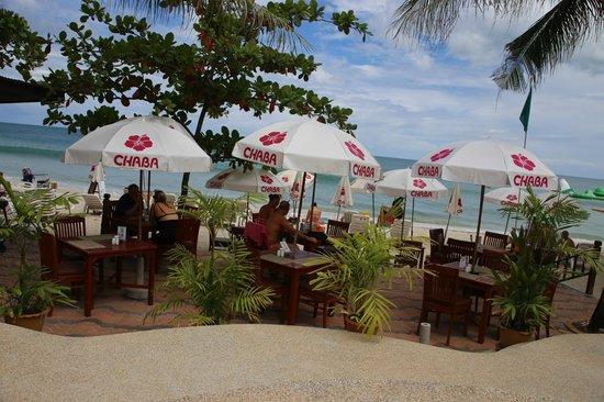 Chaba Samui Resort: pool dining area