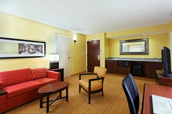 Courtyard by Marriott Tallahassee North / I-10 Capital Circle: King Suite Living Area