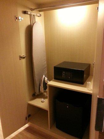 C'haya Hotel: Room's cabinet