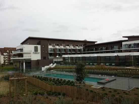 Hotel les bains de Cabourg: vue du chemin qui mène à la plage