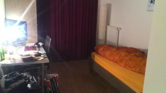 Hotel Merlin: single room: view from hallway