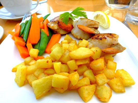 Skerries Bistro: Scallop dinner with fried potatoes and fresh vegetables