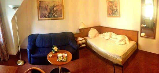 Novum Hotel Boulevard Stuttgart City: vue de la chambre et de sa décoration