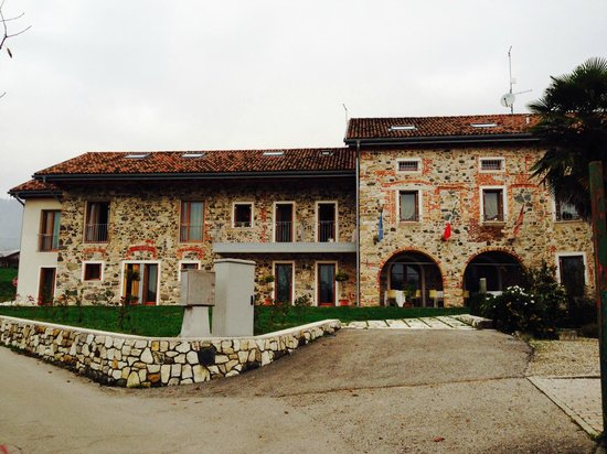 Antico Splendore: Back of the hotel where the rooms are found, overlooking a lovely landscaped garden