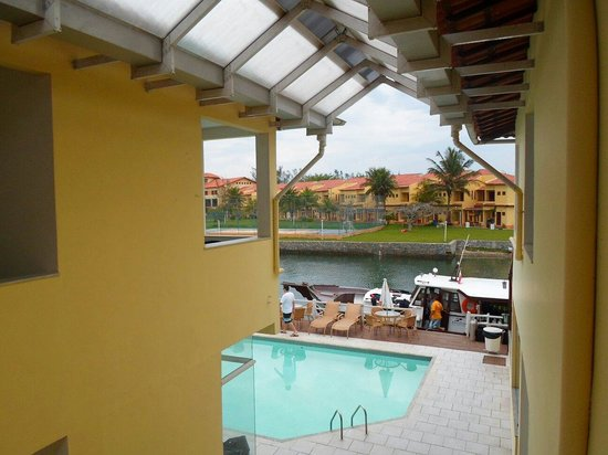 Pousada Porto Canal : Vista da piscina à partir da varanda do quarto.