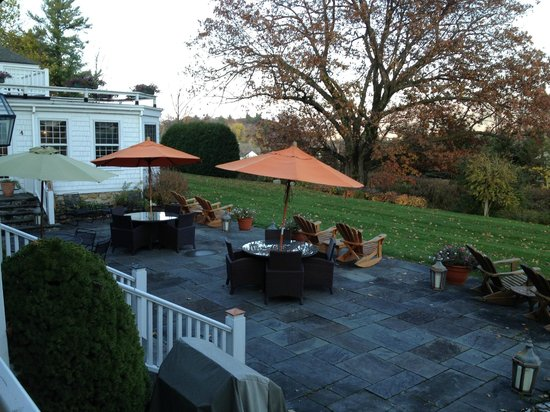 The Inn at Ormsby Hill: 2nd view of the patio that looks at the mountains