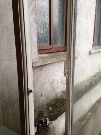 O'Loughlins Hotel: Single Glazed windows, crumbling rear facade.