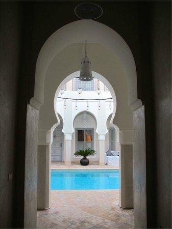 Riad Nashira & Spa: Dalla sala d' entrata alla piscina