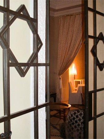 Riad Nashira & Spa: L' interno che dalla sala del caminetto porta alla zona ristorante