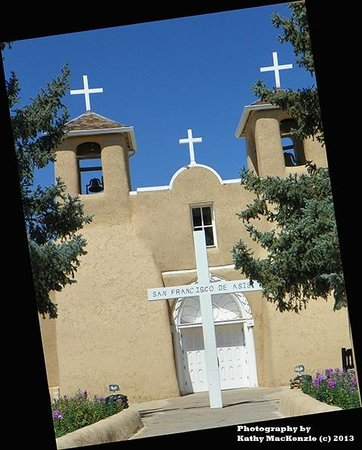 San Francisco de Assisi Mission Church: Front just inside the gate