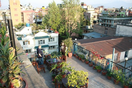 Kathmandu Madhuban Guest House: Отличное место для завтрака на свежем воздухе