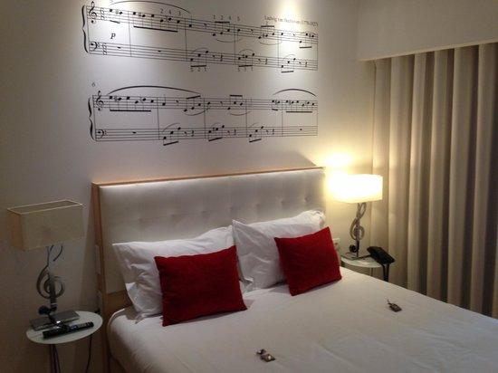 Hotel da Musica: la cama con chocolatinas de recibimiento