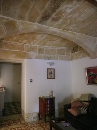 Palazzo Valletta Suites: Lovely stone ceiling of lounge