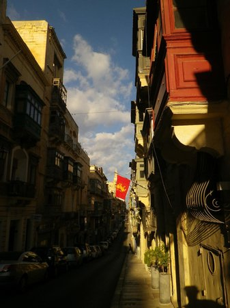 Palazzo Valletta Suites: The street outside