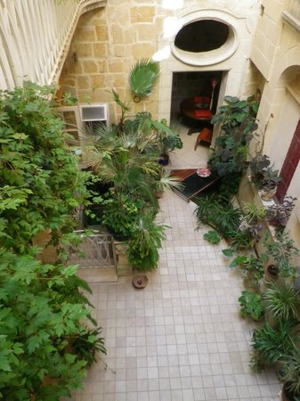 Palazzo Valletta Suites: View into the courtyard