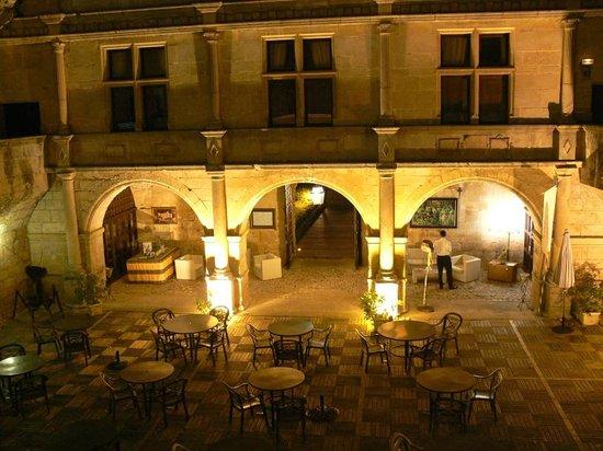Chateau des Ducs de Joyeuse : La cour intérieure le soir