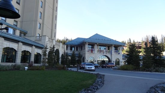 Fairmont Chateau Lake Louise: Front of the hotel
