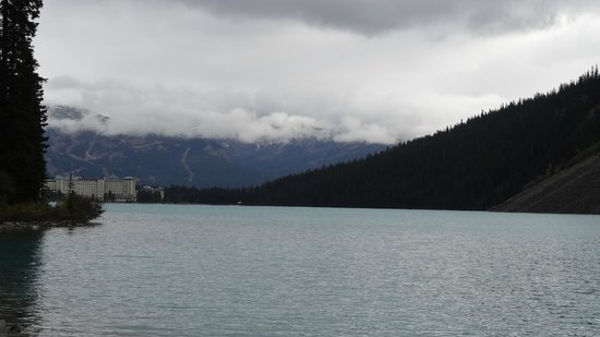 Fairmont Chateau Lake Louise: View from the end of the lake looking back towards the hotel
