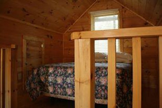 Mountain View Lodge and Cabins: The upstairs loft and the queen bed.