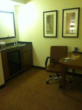 Hyatt Place Dulles Airport South: Wetbar and desk area