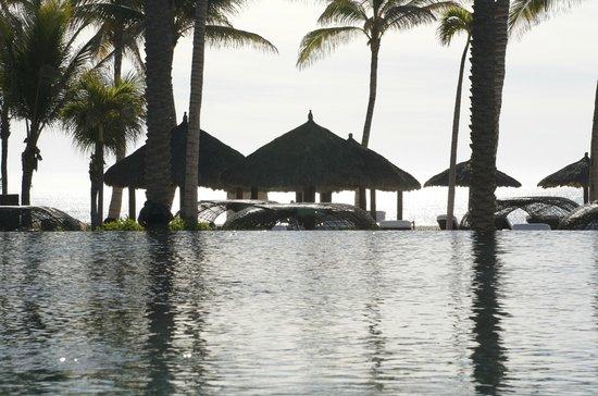 Cabo Azul Resort: Infinity pool and beach