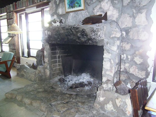 Small Hope Bay Lodge: Large fireplace in the lodge