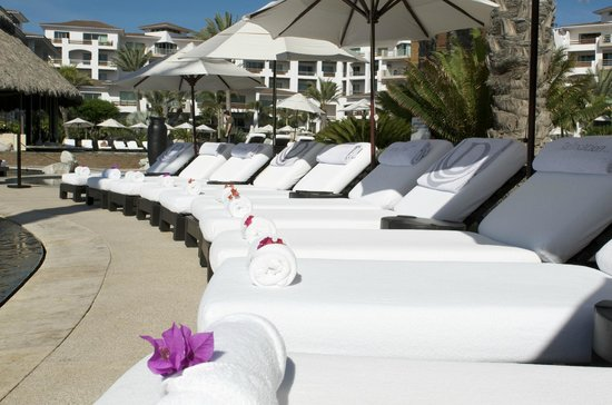 Cabo Azul Resort: Lounge chairs at pool