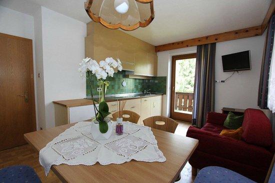 Cucina soggiorno - Bild von Apartments ´Ciasa Brüscia, La Villa ...