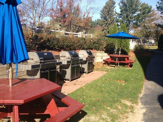 Elmwood Resort Hotel : BBQs open well into off season