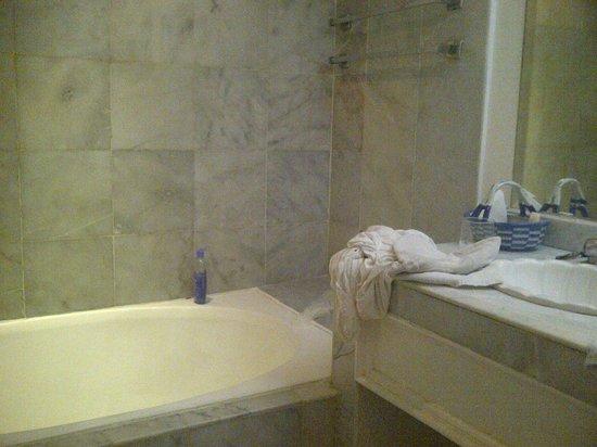 Las Hadas By Brisas: Baño de Lujo...cayendose los toalleros