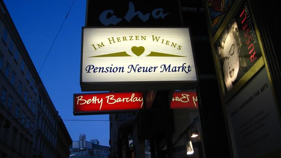 Pension Neuer Markt: Sign at the entrance